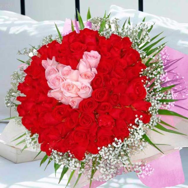 99 red and peach roses handbouquet with peach roses arranged in heart-shape