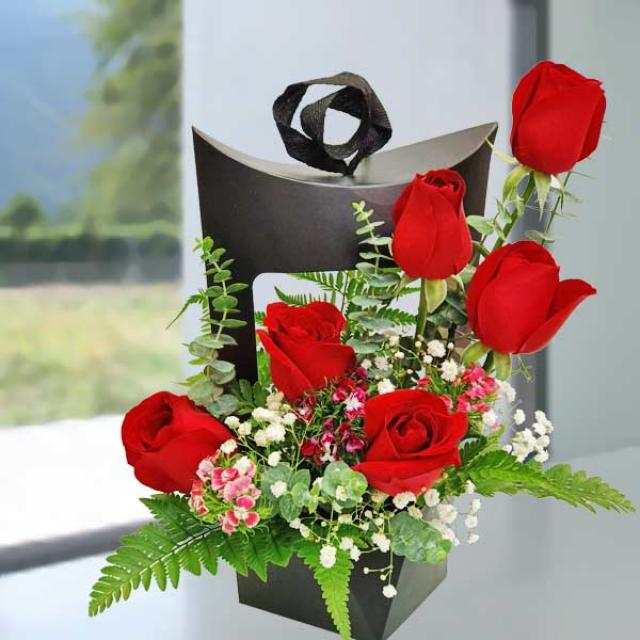 6 red Roses hand bouquet.