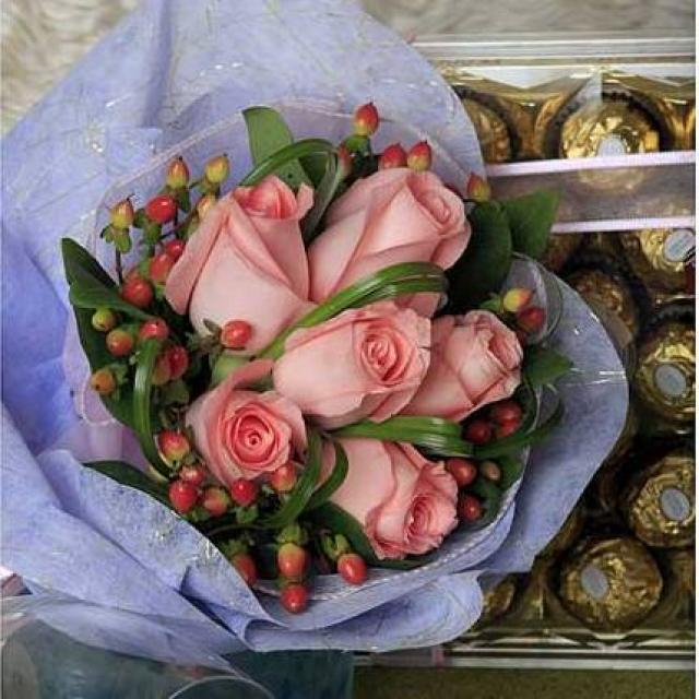 6 Peach roses with bear grass and Ferrero Rocher