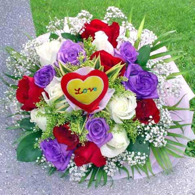 18 Roses ( 6 Purple 6 red 6 white ) Handbouquet With Heart-shape
