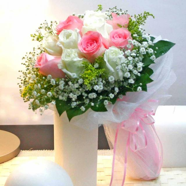 6 Peach 6 White Roses with sala-tip foliage and nettimg Handbouquet