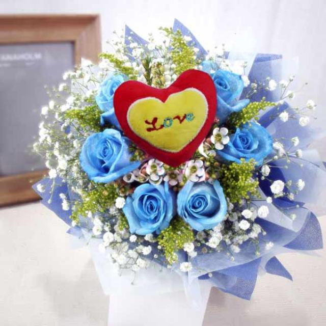 6 blue roses (with pink heart-shape Tag at center) handbouquet.