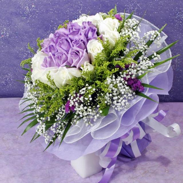 30 Roses ( 15 purple 15 white ) Handbouquet.