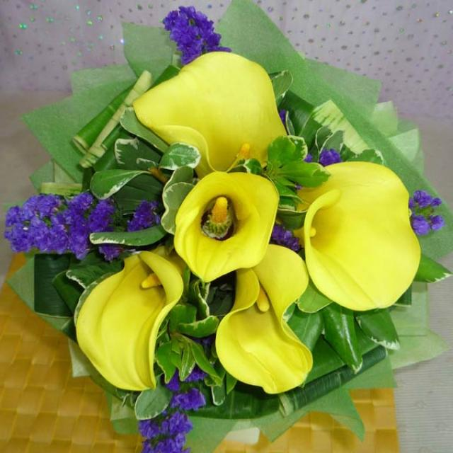 5 Yellow Cala Lily with forget-me-not Handbouquet ( need 1 working day Advance order )
