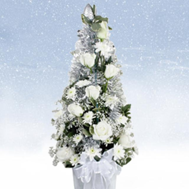 White Roses and Pompom Table arrangemnent