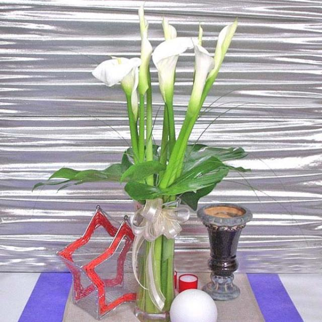 10 Cala lily With Glass Vase