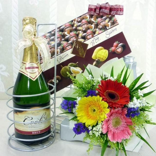 Champagne with  Chocolate and 3 Gerbera Handbouquet