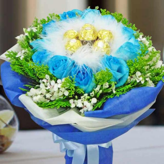 10 Blue Roses with 8 Ferrero Rocher Handbouquet