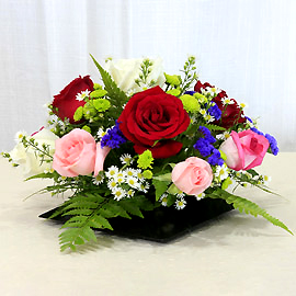 12 mixed roses all round table arrangement