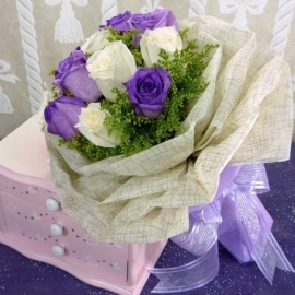 12 Roses ( 6 purple 6 white ) Handbouquet.